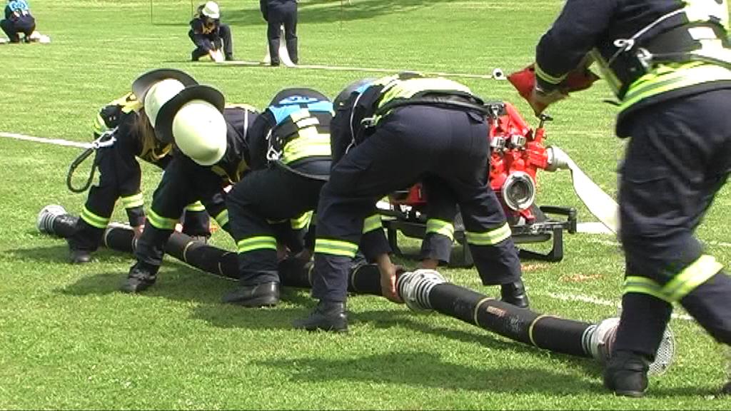 Absolutes Teamwork ist gefragt um die Saugleitung mit 4 Saugschläuchen in weniger als 30 Sekunden fertig zustellen.