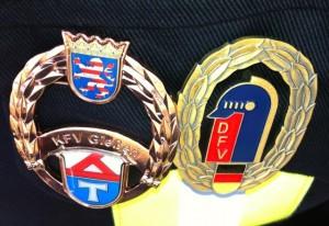 Mit dem Leistungsabzeichen in Bronze des LK Gießen (links) und dem Bundesleistungsabzeichen in Bronze des DFV (rechts) kehrten die Leihgesterner Brandschützer zurück!