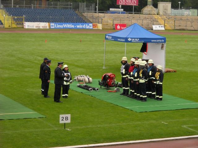 Hochkonzentriert ist die Mannschaft während der Befehl vom Band kam.