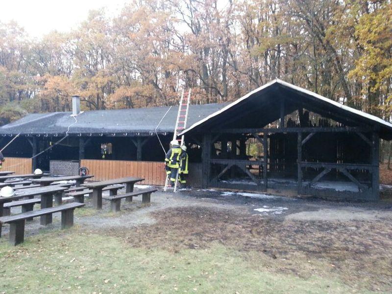 Bei den Nachlöscharbeiten musste das Dach der Grillhütte geöffnet werden.