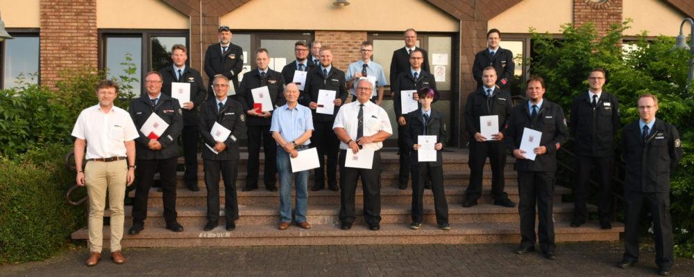 Die beförderten und geehrten Kameraden*innen zusammen mit Bürgermeister König (v.l.) und KBI Binsch (hinten 2. von rechts)